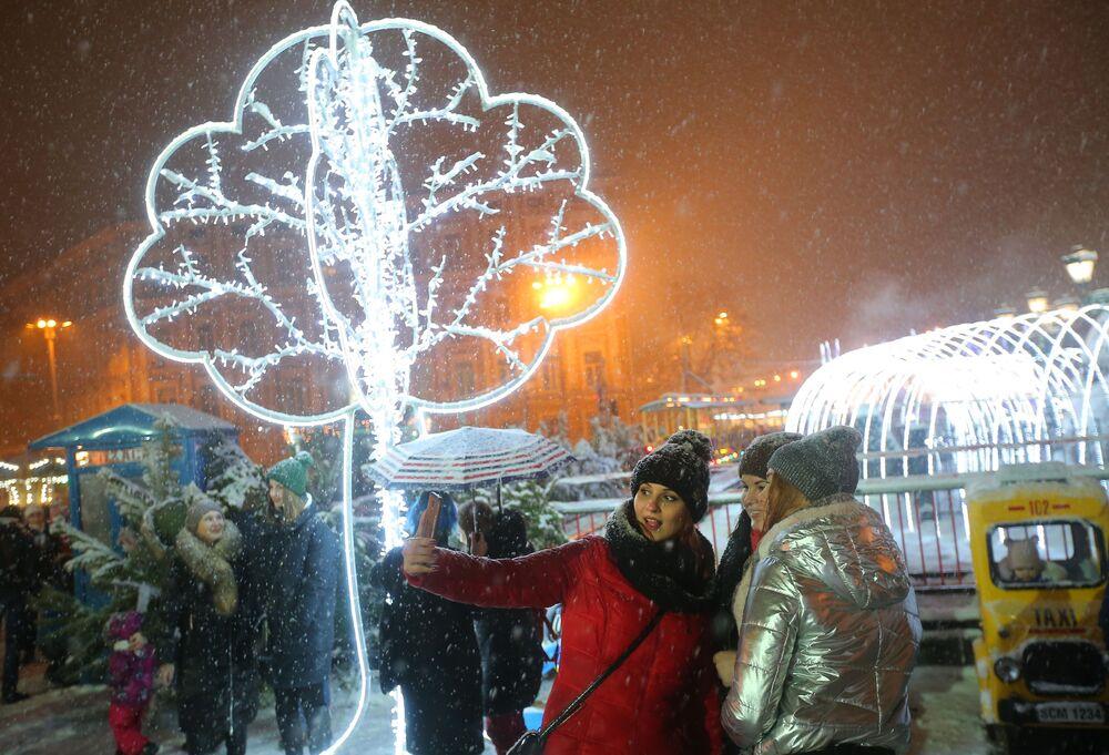 الأوكرانيين وضيوف كييف يحتفلون بعيد الميلاد الكاثوليكي على ساحة صوفيا