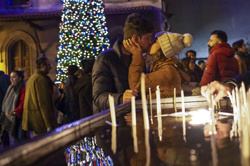 زوجان خلال قداس عيد الميلاد في اسطنبول