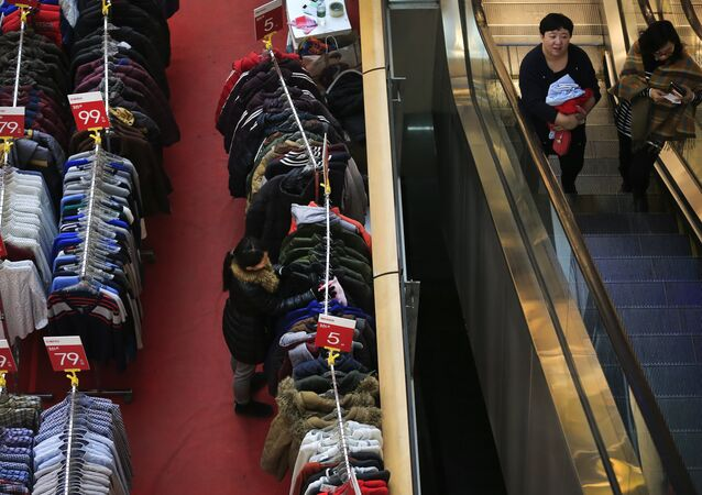 ملابس في مول تجاري