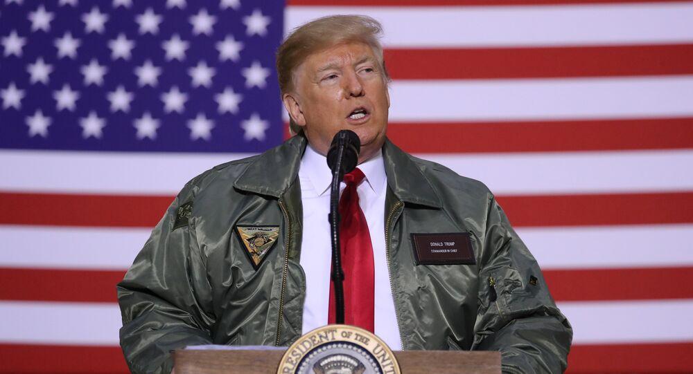 الرئيس الأمريكي ترامب يلقي كلمة  خلال زيارة غير معلنة إلى قاعدة الأسد الجوية في العراق
