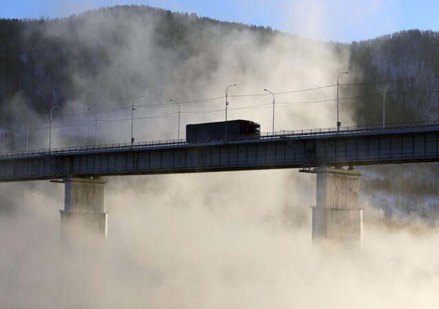 شاحنة على جسر في تعبر نهر ينيسي ديسمبر
