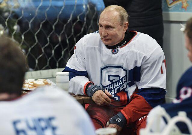 الرئيس الروسي فلاديمير بوتين خلال مباراة الهوكي الليلية في موسكو