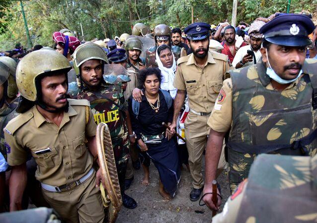 احتجاجات في الهند على زيارة امرأتين لمعبد هندوسي