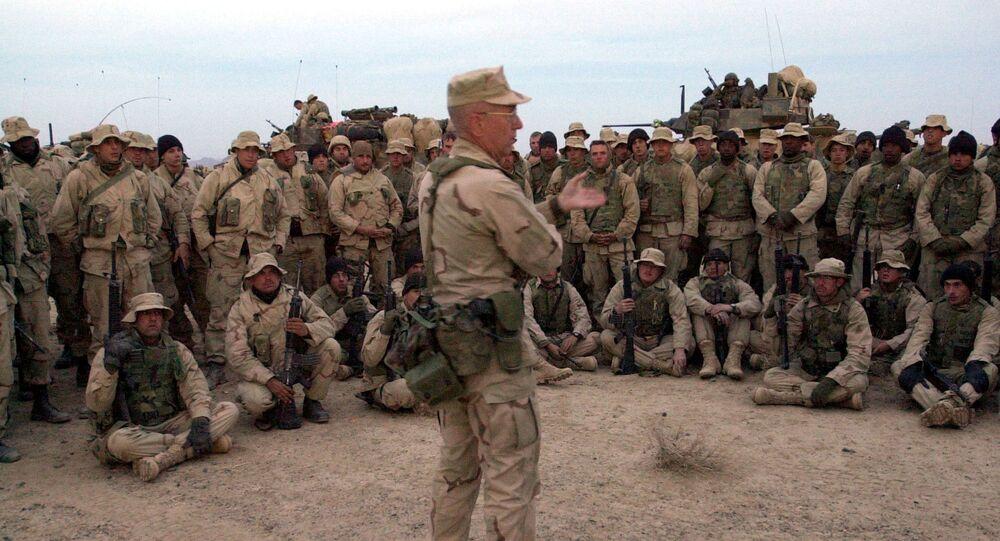الجنرال جيمس ماتيس مع قوات من مشاة البحرية الأمريكية قبل مغادرتهم للسيطرة على المطار في قندهار