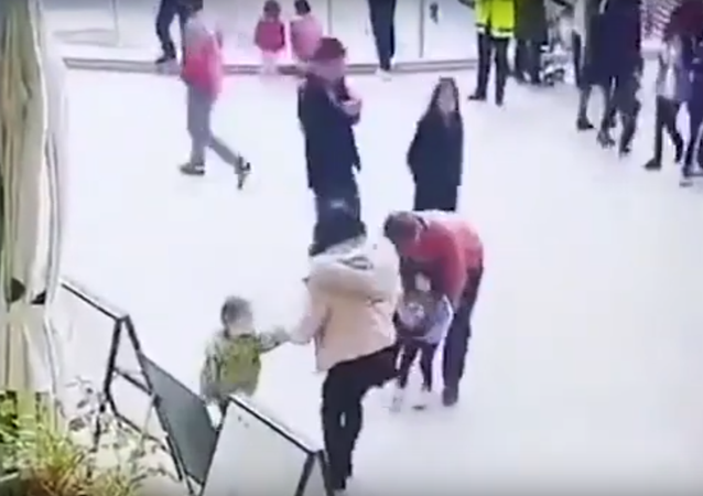 رجل يحاول خطف طفلة من والديها