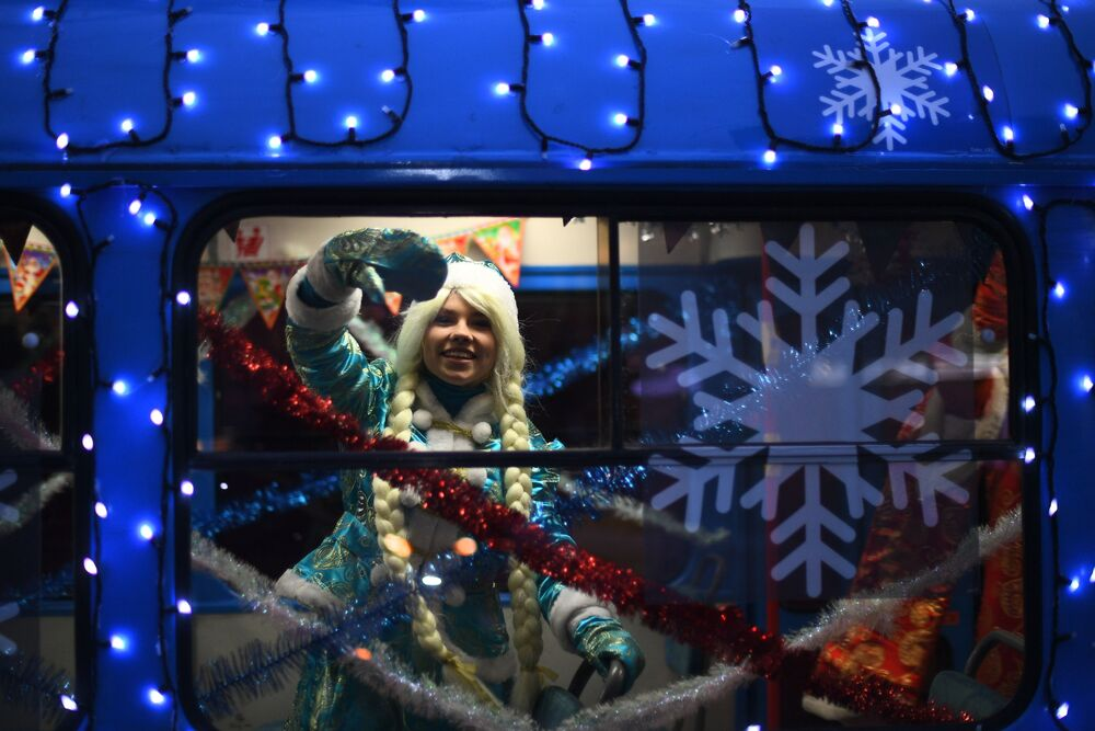 حفيدة بابا نويل في ترامفاي مزين بأضواء العيد في موسكو