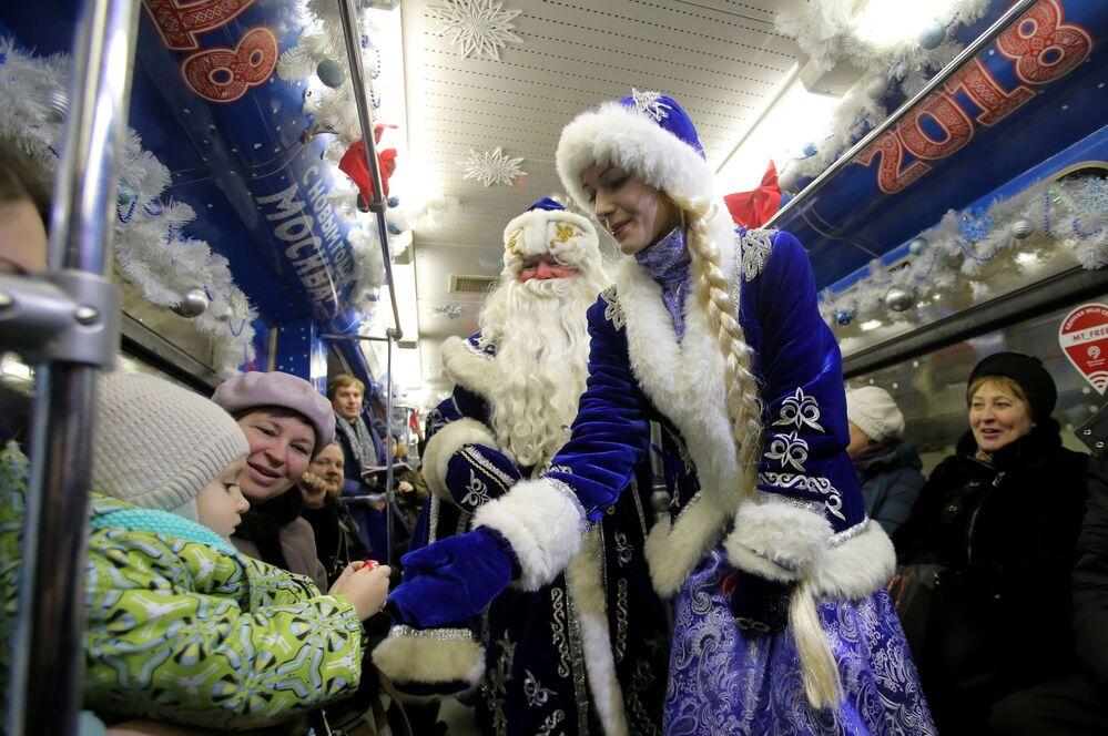 بابا نويل وحفيدته الأسطورية في مترو مدينة موسكو