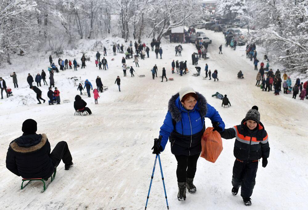 السياح خلال الاستجمام في ممر أنغارسك، شبه جزيرة القرم الروسية