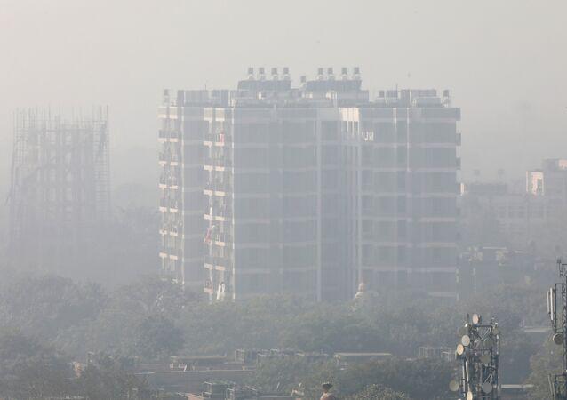 مبنى سكني محاط بالدخان في نيودلهي