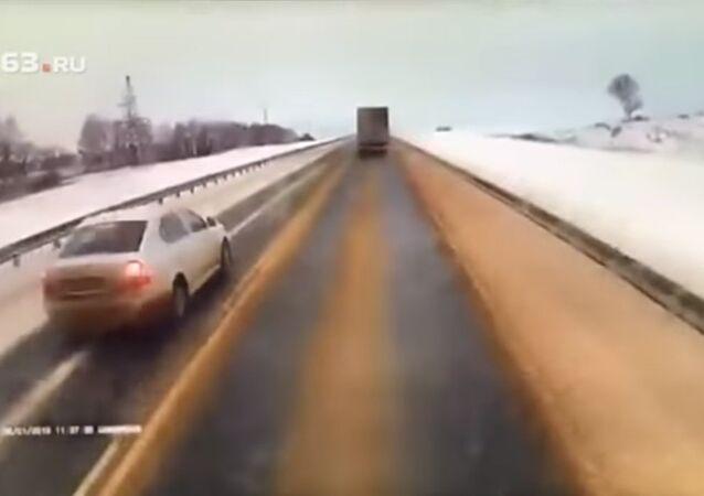 بالفيديو..مقتل ثلاثة أشخاص في حادث مروع  بمدينة سامارا الروسية