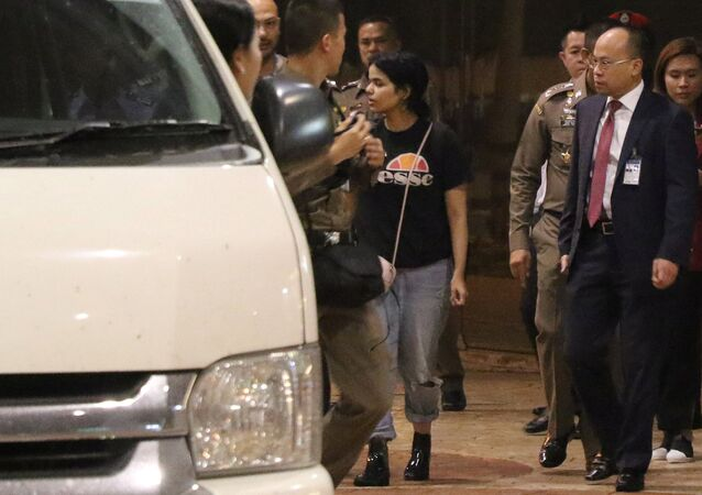 الفتاة السعودية رهف تغادر مطار تايلاند