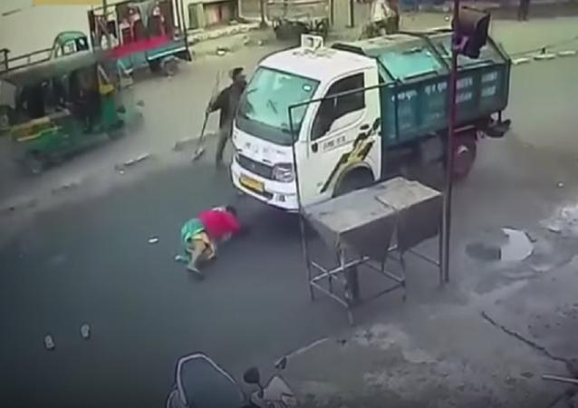 امرأة تنجو من الدهس تحت شاحنة