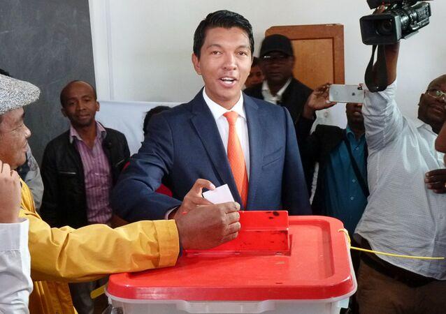 المرشح أندريه راجولينا يدلي بصوته خلال الانتخابات الرئاسية في مركز اقتراع في أمباتوبي ، أنتاناناريفو