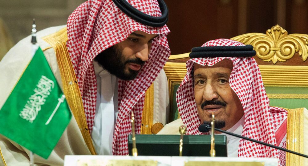 ولي العهد السعودي الأمير محمد بن سلمان يتحدث إلى العاهل السعودي الملك سلمان بن عبد العزيز آل سعود في افتتاح القمة الخليجية الـ 39 في الرياض، 9 ديسمبر/كانون الأول 2018