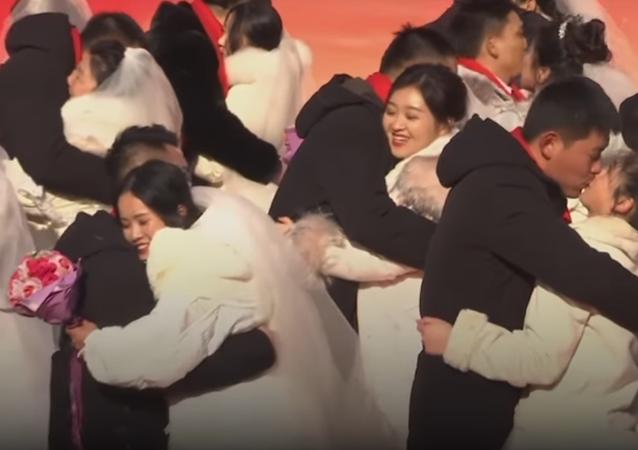 زفاف 47 عريسا وعروسا وسط الجليد