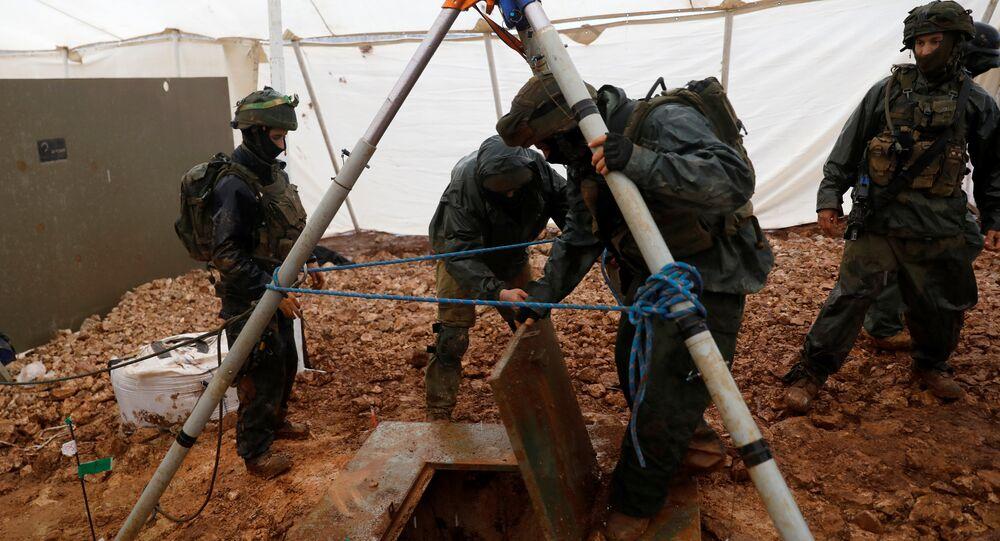 جنود إسرائيليون يرفعون غطاء فتحة حفرتها إسرائيل إلى نفق عبر الحدود حُفر من لبنان إلى إسرائيل كما يُرى على الجانب الإسرائيلي من الحدود