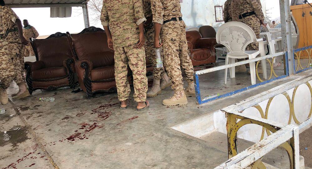 جنود يتفقدون موقع هجوم لطائرة حوثية دون طيار على عرض عسكري للحكومة اليمنية في قاعدة العند الجوية بمحافظة لحج