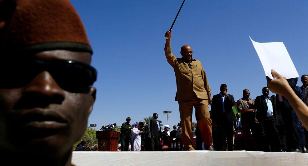 الرئيس السوداني عمر البشير ملوحا إلى أنصاره خلال مسيرة في الساحة الخضراء في الخرطوم