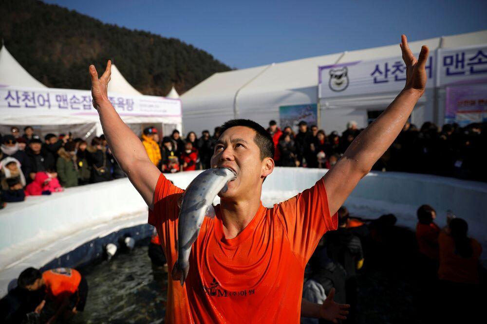 أحد المشاركين في مهرجان صيد السمك على الجليد في هواتشيون، الصين 5 يناير/ كانون الثاني 2019