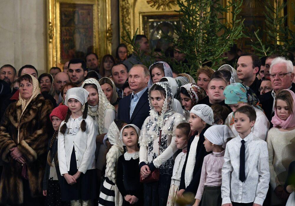 الرئيس فلاديمير بوتين أثناء مراسم الاحتفال بعيد الميلاد المجيد في كتدرائية سباسو-بريوبرادينسكي في سان بطرسبورغ
