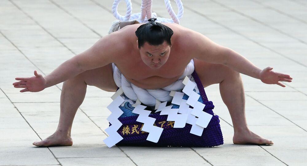 يوكوزونا أو بطل سومو الكبير، هاكوهو من منغوليا، يشارك في مراسم تقليدية لدخول الحلبة في معبد ميجي في طوكيو، اليابان  8 يناير/ كانون الثاني 2019