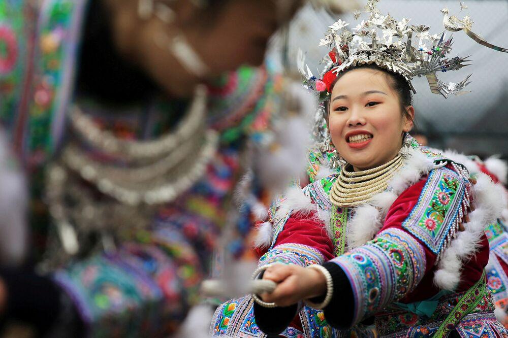 نساء مياو، التابعات للعرق الإثني مياو، يرتدين الأزياء التقليدية، يشاركن في شد الحبل أثناء الاحتفال بالعام الجديد المحلي في رونغشوي مياو، ذاتية الحكم، الصين 5 يناير/ كانون الثاني 2019