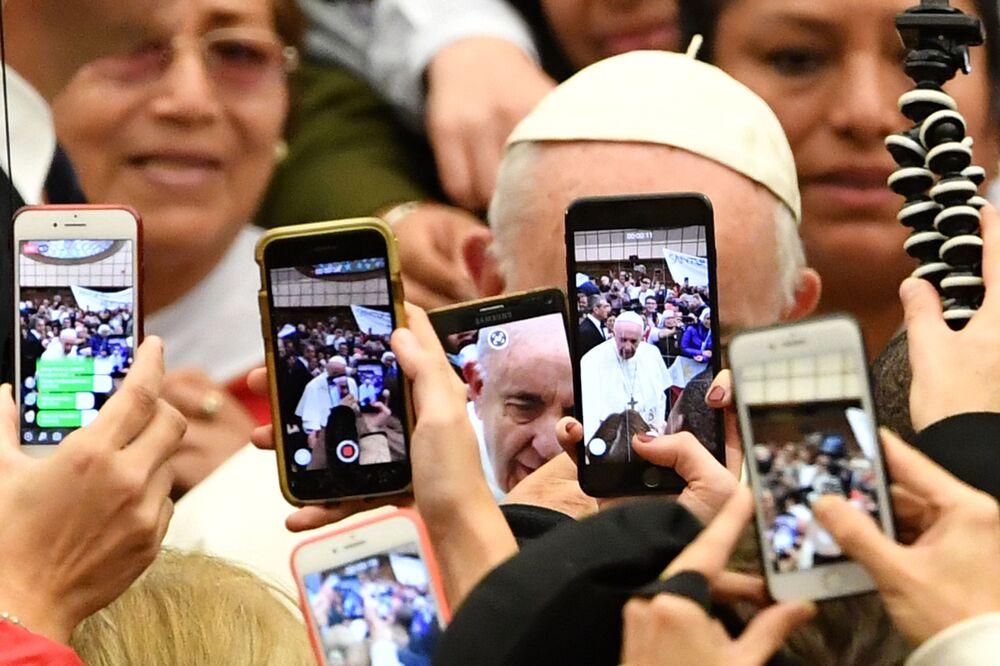 المصلون يلتقطون صورا ويسجلون فيديو لبابا الفاتيكان فرانسيس لدى وصوله إلى اللقاء الأسبوعي العام في قاعة بولس السادس في الفاتيكان، 9 يناير/ كانون الثاني 2019