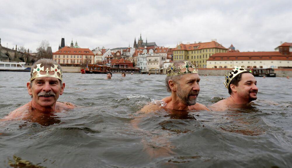 مشاركون يشاركون في السباحة التقليدية الملوك الثلاثة للاحتفال بعيد الغطاس في نهر فلتافا في براغ، جمهورية التشيك، 6 يناير/ كانون الثاني 2019