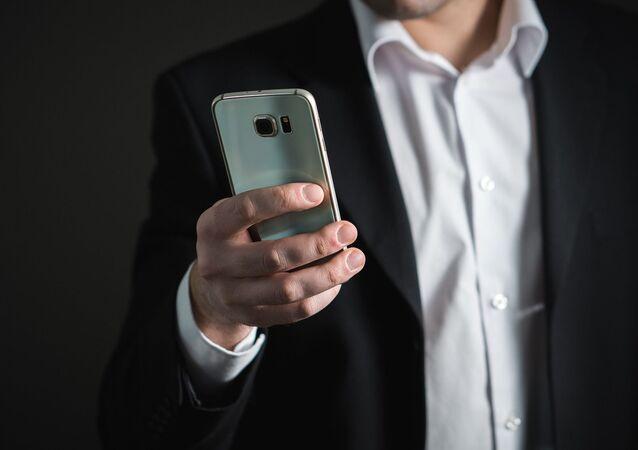 رجل يحمل هاتف محمول