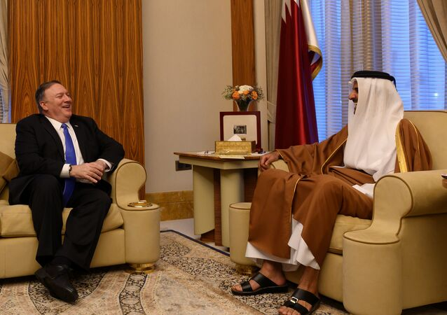 وزير الخارجية الأمريكي مايك بومبيو خلال لقاءه أمير قطر الشيخ تميم بن حمد آل ثاني في الدوحة