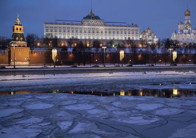 قصر الكرملين الكبير ينعكس في مياه  نهر موسكو