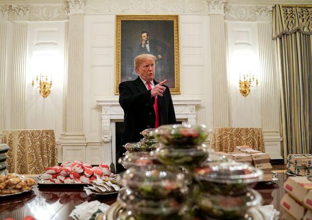 ترامب يقدم الوجبات السريعة لضيوفه في البيت الأبيض