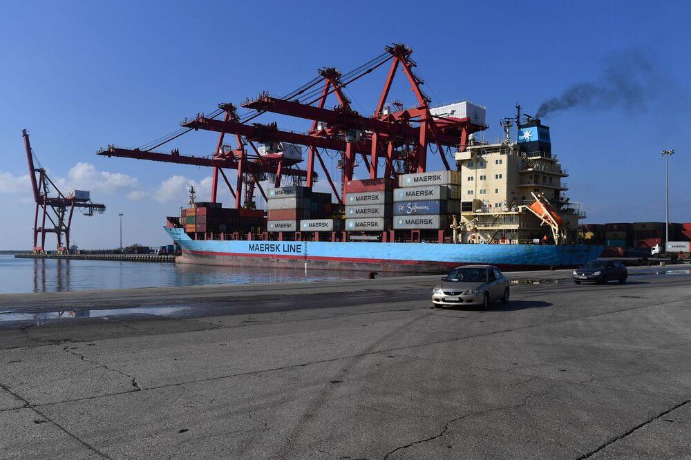 رافعات ميناء اللاذقية تفرغ حمولة سفينة شحن