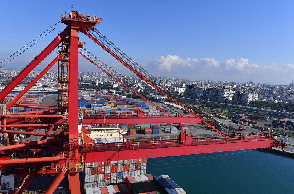 روافع عملاقة في ميناء اللاذقية