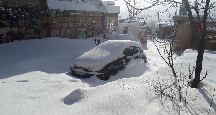الوحدات العسكرية السورية تفتح الطريق المحاصر بالثلوج على الحدود الفاصلة بين شطري الجولان السوري