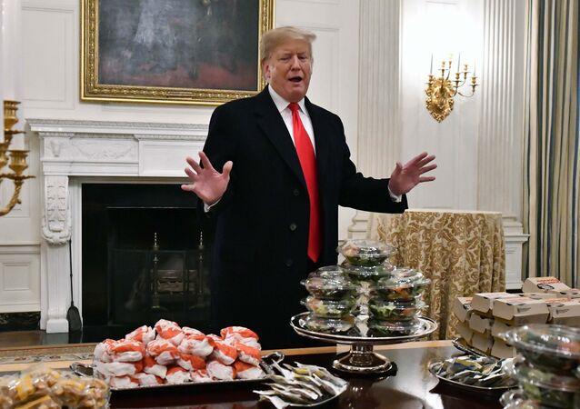 الرئيس الأمريكي دونالد ترامب أمام وجبات الطعام السريعة بداخل البيت الأبيض في العاصمة الأمريكية واشنطن