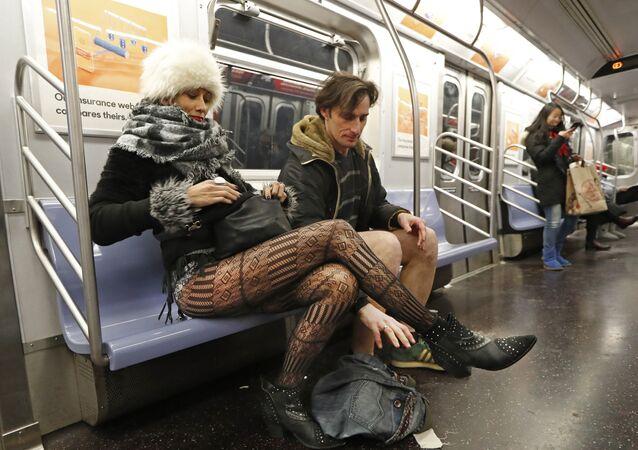 مشاركين في جولة المترو من دون سروال في مدينة نيويورك الأمريكية، 13 يناير/كانون الثاني 2019