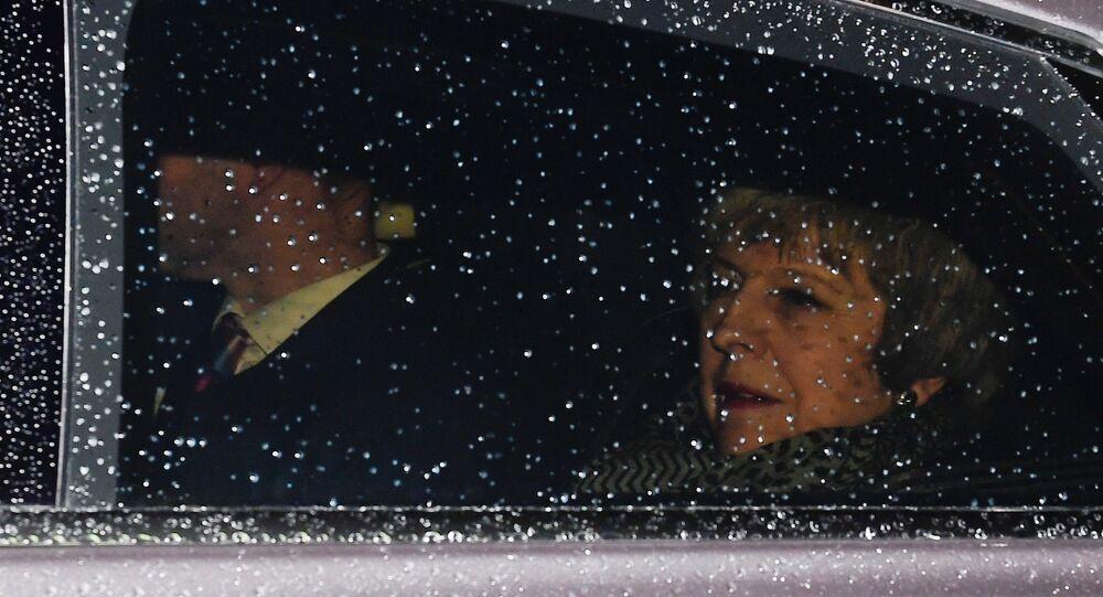 رئيسة الوزراء البريطانية تيريزا ماي تصل إلى مبنى البرلمان حيث تواجه تصويتًا بسحب الثقة بعد رفض اتفاق خروج بريطانيا من الاتحاد الأوروبي