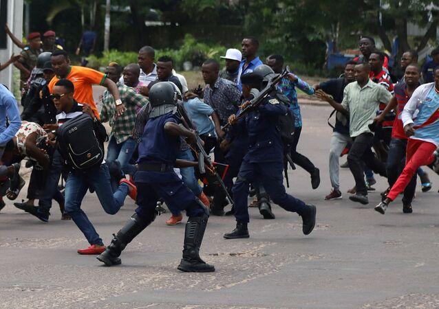 رجال شرطة مكافحة الشغب الكونغوليين