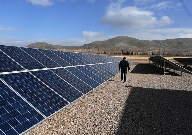 محطة لتوليد الكهرباء من الطاقة الشمسية، تبعد 20 كيلومترا عن دمشق، سوريا