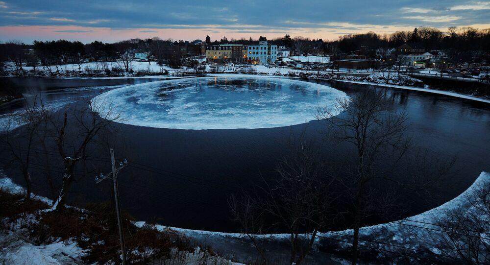 قطعة جليد ضخمة على شكل دائرة، تطفو على سطح نهر بريسامبسكوت في مدينة ويستبروك، ولاية ماين الأمريكية 16 يناير/ كانون الثاني 2019