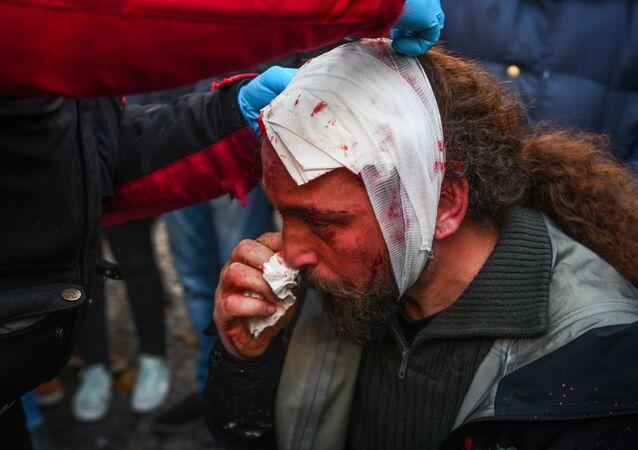 مراسل وكالة سبوتنيك يتعرض للضرب المبرح خلال احتجاجات أثينا