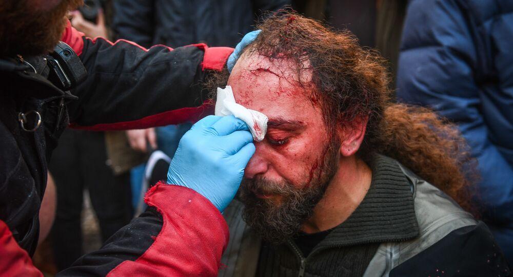 إصابة كوستيس دادميس مراسل سبوتنيك أثناء الاحتجاجات في أثينا