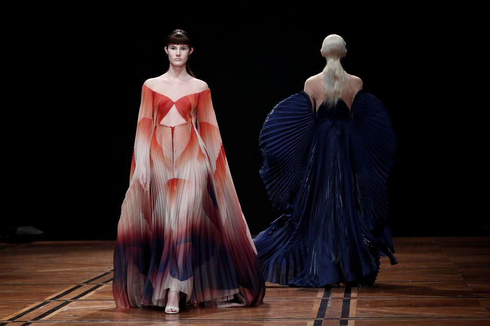 عرض أزياء مجموعة ربيع/ صيف 2019 في باريس - من المصمم الهولندي آيريس فان هيربن، فرنسا 21 يناير/ كانون الثاني 2019