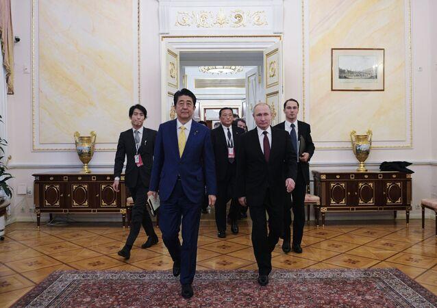 الرئيس الروسي، فلاديمير بوتين خلال لقائه رئيس الوزراء الياباني شينزو آبي في موسكو، 22 يناير/ كانون الثاني 2019
