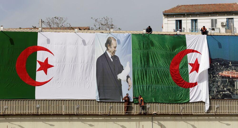 الرئيس بوتفليقة على أحد أعلام الجزائر
