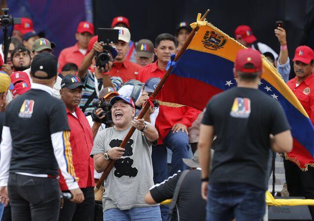 مارادونا يلوح بالعلم الفنزويلي