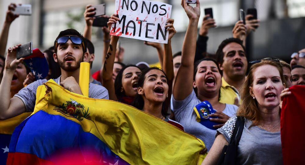 مظاهرات عارمة في أنحاء فنزويلا، وأنصار زعيم المعارضة الفنزويلي خوان غوايدو يطالبون بتنحي رئيس البلاد نيكولاس مادورو، 23 يناير/ كانون الثاني 2019