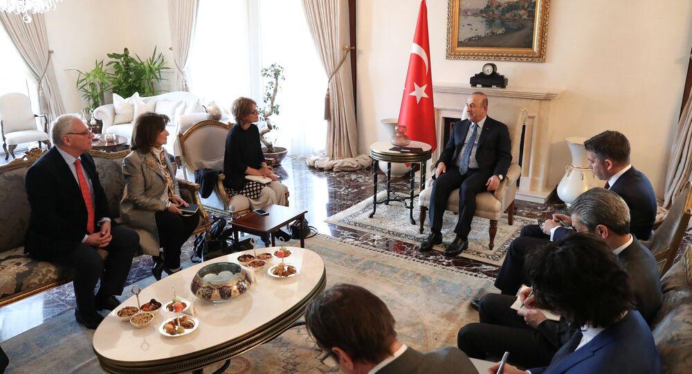 وزير الخارجية التركي مولود جاويش أوغلو أثناء لقاءه مع أجنيس كالامارد، المحققة الأممية، التي تزور تركيا للتحقيق في مقتل الصحفي السعودي جمال خاشقجي في قنصلية بلاده بإسطنبول.