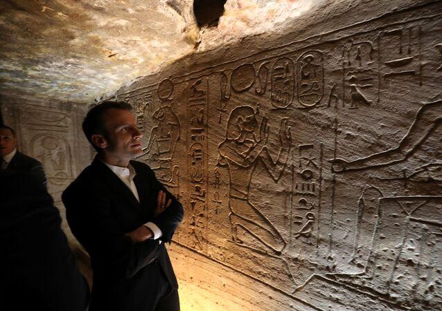 الرئيس الفرنسي إيمانويل ماكرون داخل معبد أبو سمبل جنوبي مصر، 27 يناير/ كانون الثاني 2019
